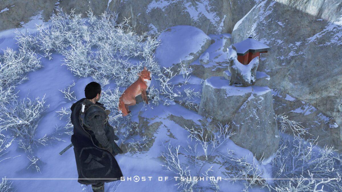 お稲荷さまの元へ狐が案内してくれる。仁の視線の先にある、小さなものがお稲荷さま。